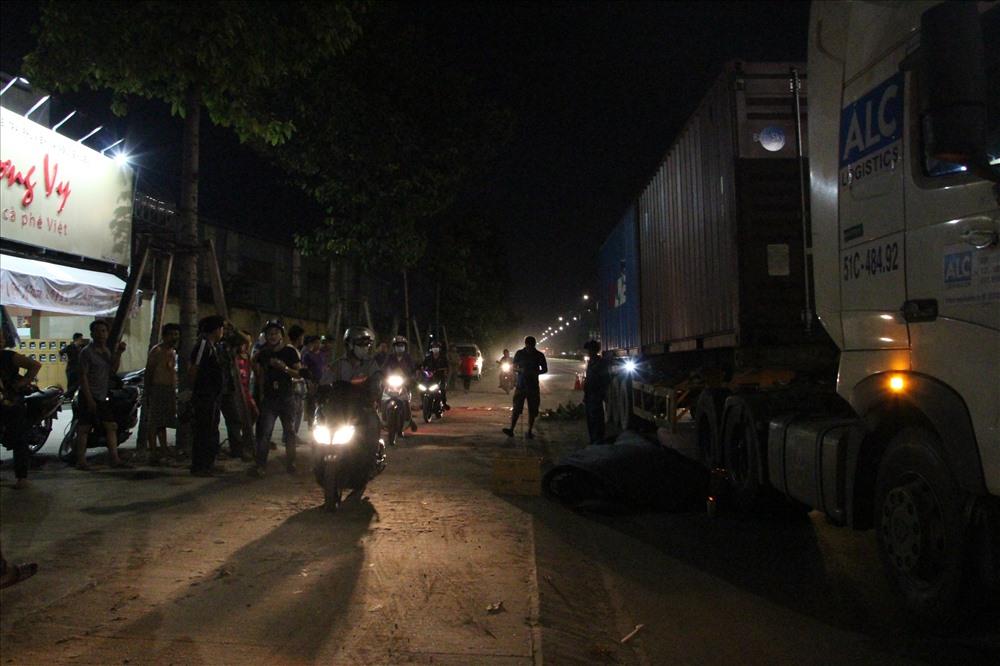Hiện trường vụ tai nạn giữa xe máy và xe container khiến nam thanh niên tử vong.