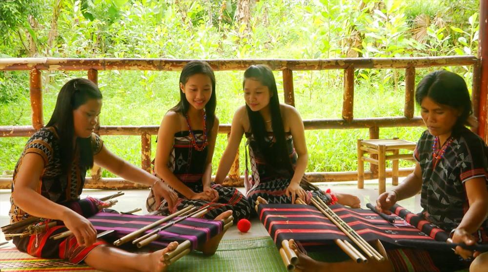 """Bên cạnh du lịch sinh thái, Đông Giang còn níu chân du khách bởi những nét văn hóa khi đến thăm các làng truyền thống của đồng bào Cơ tu. Những trải nghiệm như dệt thổ cẩm, tự tay làm cơm lam, cá niêng,...chắc chắn sẽ không làm bạn """"hụt hẫng"""" giữa đại ngàn Trường Sơn."""
