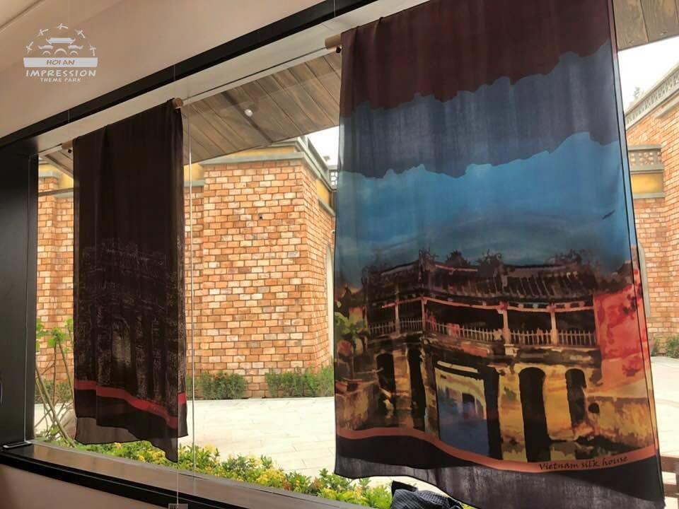 """Silk House Vietnam còn là không gian trưng bày có thể làm sống lại """"con đường tơ lụa"""" năm xưa với những sản phẩm cao cấp, 100% tơ lụa nguyên chất được hỗ trợ bởi công nghệ tiến tiến nhất để đáp ứng nhu cầu xuất khẩu đến bất kỳ thị trường khó tính nào trên thế giới…"""