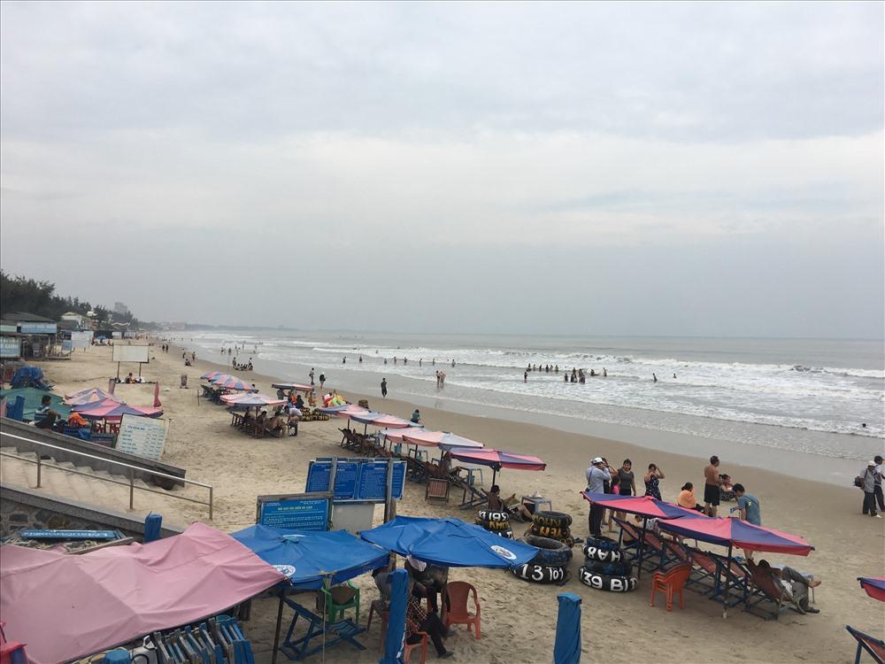 Du khách được khuyến cáo hạn chế tắm biển và sẽ không được phục vụ ăn uống tại các lồng bè từ 24-11 đến khi hết bão