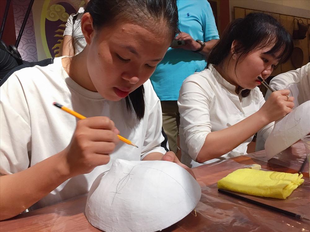 Tuy nhiên có một thực tế rằng, các làng nghề hiện cũng đang phải đối mặt với sự cạnh tranh khốc liệt với các sản phẩm mới. Điều này khiến cho các làng nghề truyền thống ở Việt Nam nói chung và xứ Quảng nói riêng không tránh khỏi mai một dần.