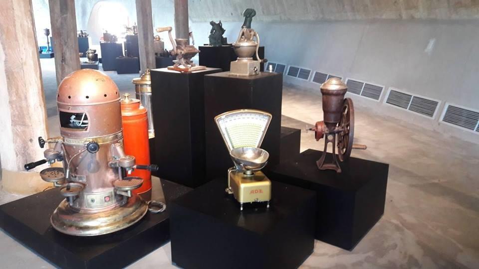 Đến với bảo tàng, du khách có thể tham quan, chiêm ngưỡng những đồ chế biến cà phê có tuổi đời hàng trăm năm tuổi.