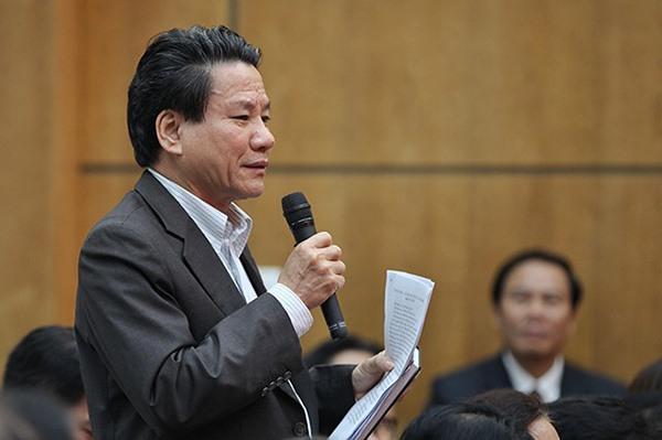 Cử tri Nguyễn Minh Trung nêu ý kiến tại buổi tiếp xúc. Ảnh HNP