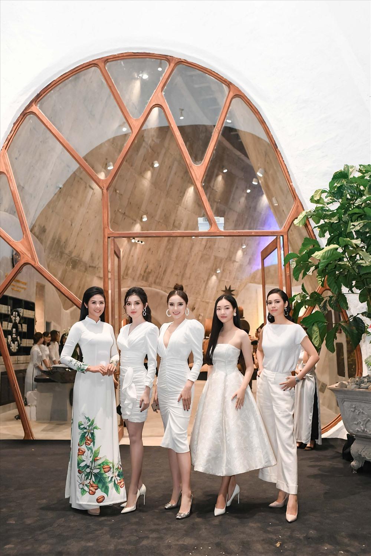 Dàn Hoa hậu, Á hậu sang trọng với những bộ đầm có tông màu trắng chủ đạo.