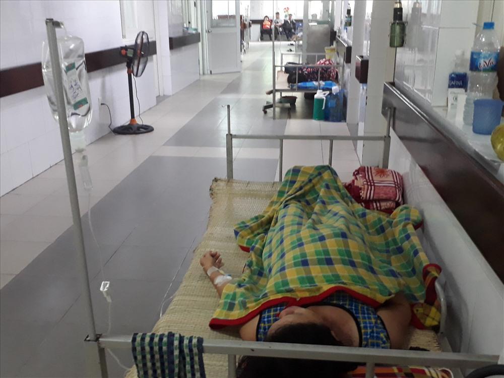 Một bệnh nhân ở xã Điện Phước, thị xã Điện Bàn, tỉnh Quảng Nam bị sốt xuất huyết điều trị tại Khoa y học nhiệt đới bệnh viện Đà Nẵng được 3 ngày nay.