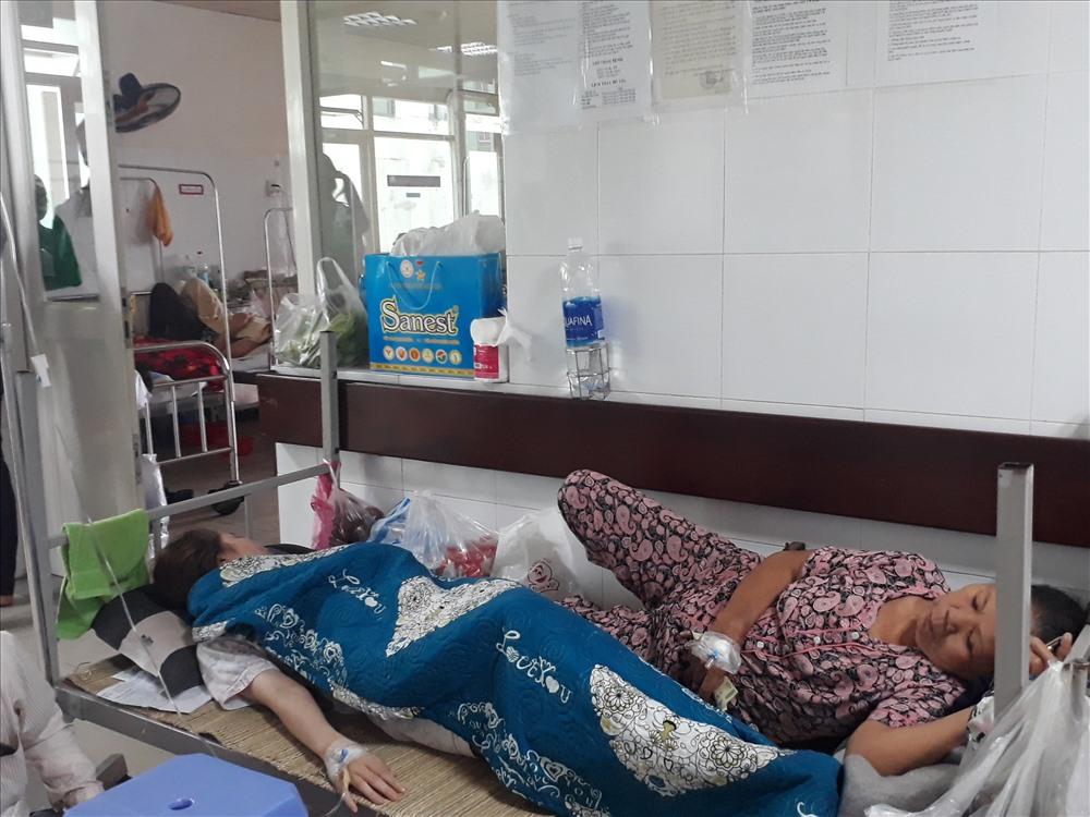Các bác sĩ phải bố trí giường bệnh dọc hành lang các phòng bệnh để điều trị cho các bệnh nhân.