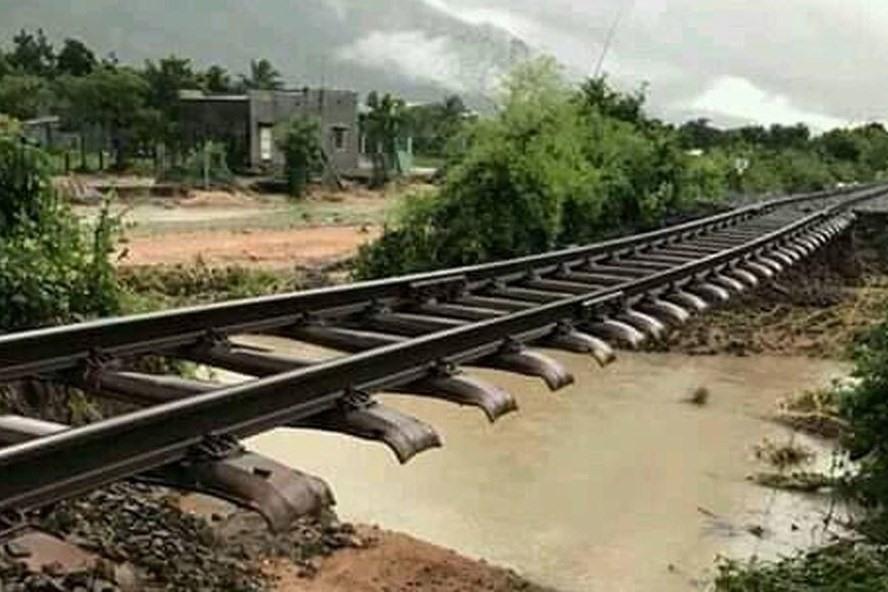 Lũ cuốn trôi nền đường sắt tại 1382+600 khu giang Ka Rôm - Phước Nhơn, tỉnh Ninh Thuận. Ảnh: Page CLB đam mê đường sắt