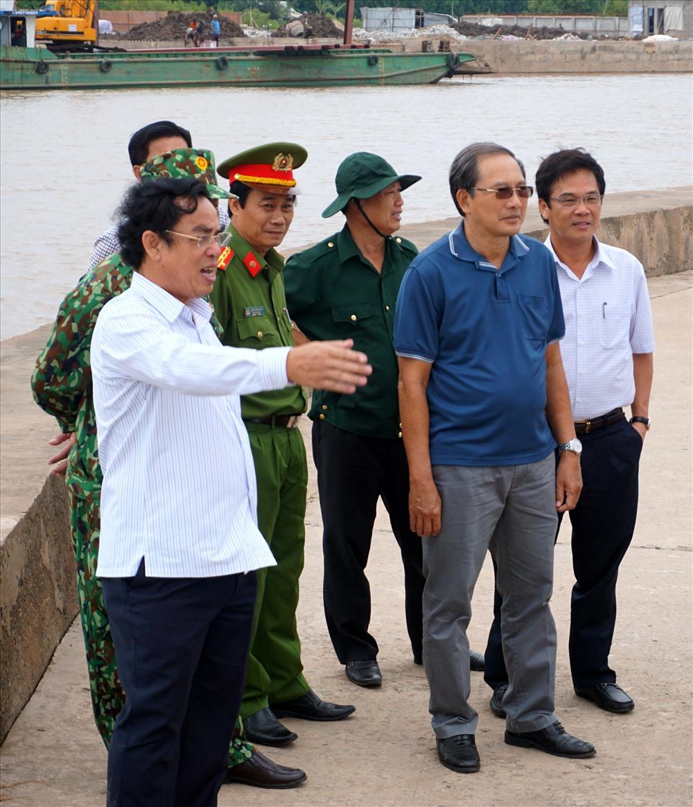 Chủ tịch UBND tỉnh Bạc Liêu Dương Thành Trung (người mặc áo trắng chỉ tay) kiểm tra đoạn cầu Tuân Tức đã từng sạt lở do triều cường (ảnh Nhật Hồ)