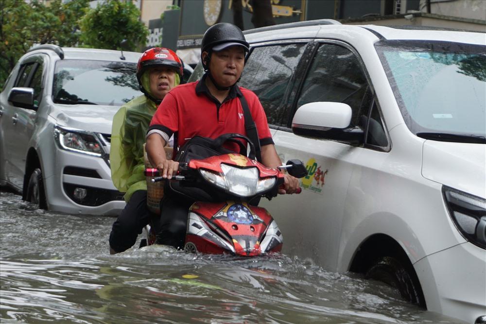 Chiều và tối qua (25.11), áp thấp nhiệt đới (suy yếu từ báo số 9) đã gây mưa lớn toàn TPHCM khiến hơn 40 tuyến đường bị ngập nặng.