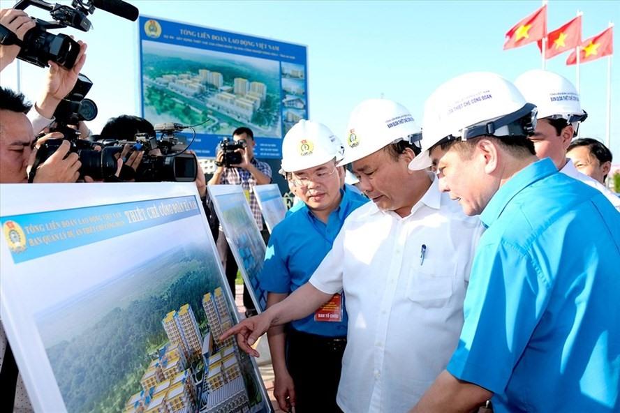 Thủ tướng Nguyễn Xuân Phúc và Chủ tịch Tổng LĐLĐVN Bùi Văn Cường thăm thiết chế công đoàn tại Hà Nam. Ảnh VGP