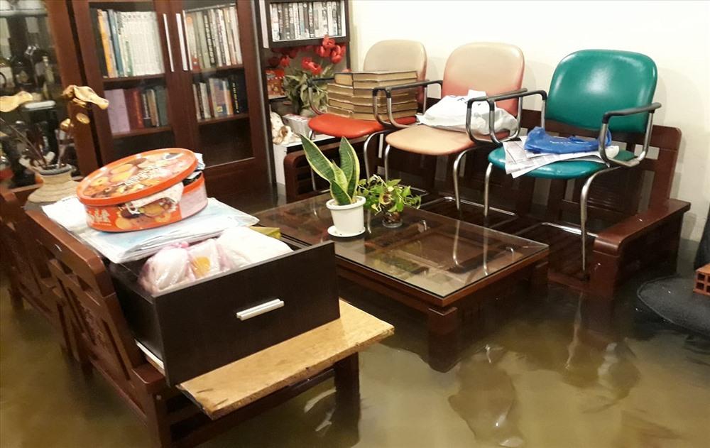Nhiều gia đình phó mặc chờ nước rút để dọn dẹp