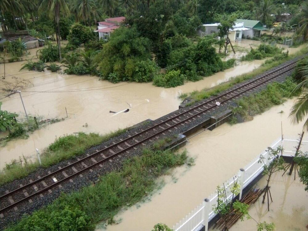 Nhiều đoạn đường sắt cũng bị nước lũ uy hiếp, nguy cơ sạt lở cao. Ảnh: Nhiệt Băng