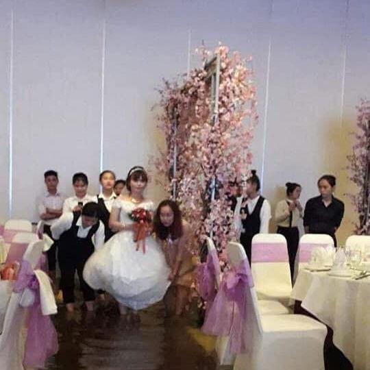 Cô dâu xách váy lội nước cao đến đầu gối ( (Ảnh fanpage Biến Sài Gòn)