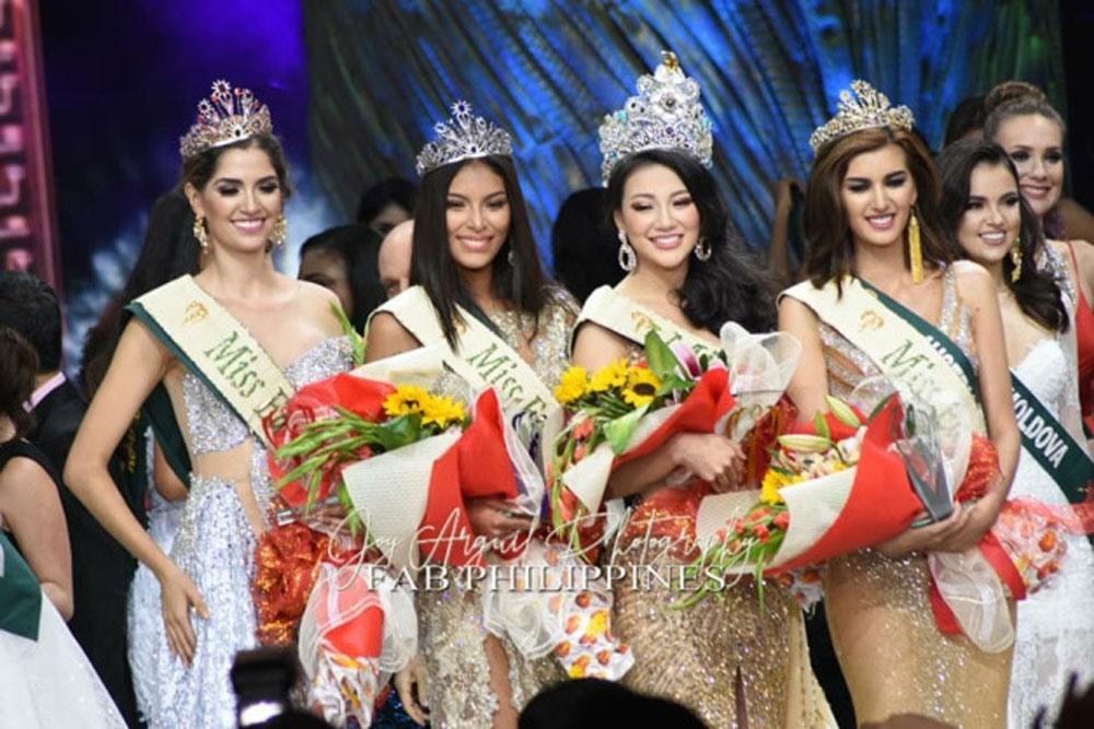 Tân Hoa hậu Trái đất 2018 Nguyễn Phương Khánh trong giây phút đăng quang, bên cạnh các người đẹp đạt giải phụ khác. Ảnh: Normannorman.