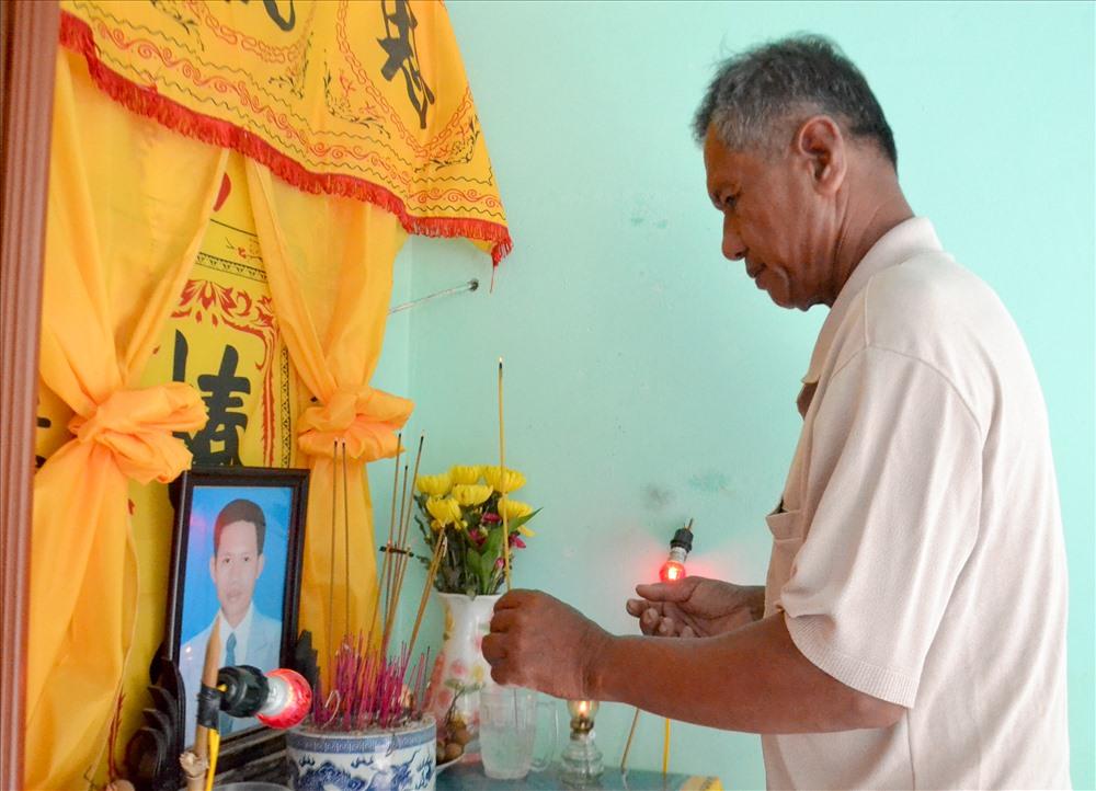 Nhà nạn nhân Danh Văn Tý (dân tộc Khmer) ở ấp Ba Núi, xã Bình An, có khó khăn hơn. Ngoài địa hình nằm dưới chân núi Sơn Trà, chủ yếu đi theo đường mòn... anh Tý còn 2 con nhỏ. Vợ đi  làm thuê suốt ngày nên chỉ có người cha ruột là Danh Hiền chăm nom nhang khói. Ảnh: Lục Tùng.