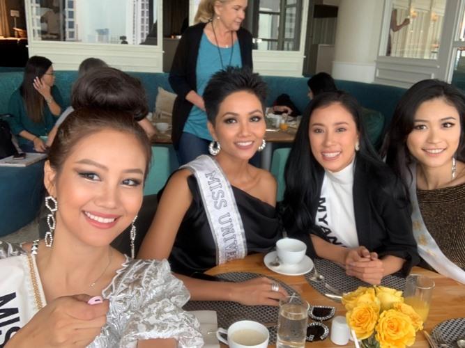 Hoa hậu H'Hen Niê đọ sắc cùng đối thủ trong ngày đầu Miss Universe 2018 - ảnh 9