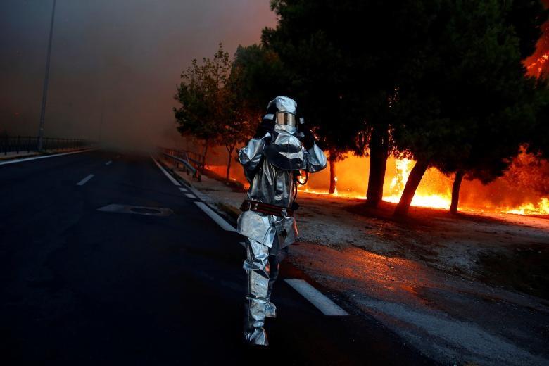 lính cứu hỏa mặc đồng phục chịu lửa khi cháy rừng ở thị trấn Rafina, gần Athens, Hy Lạp, ngày 23 tháng 7