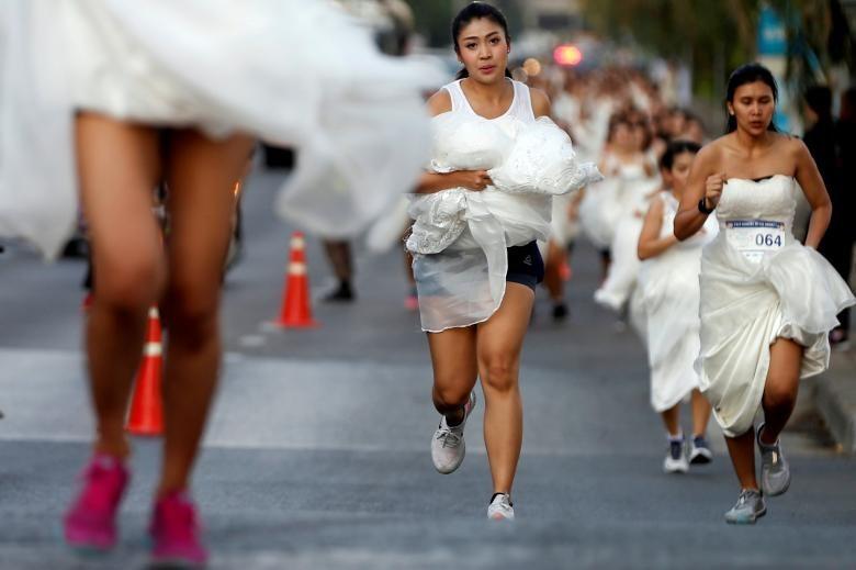 """Cô dâu chạy đua trong sự kiện """"Running of the Brides"""" ở Bangkok, Thái Lan, ngày 24 tháng 11. Người chiến thắng nhận được tổ chức một đám cưới hoành tráng. Ảnh: REUTERS."""