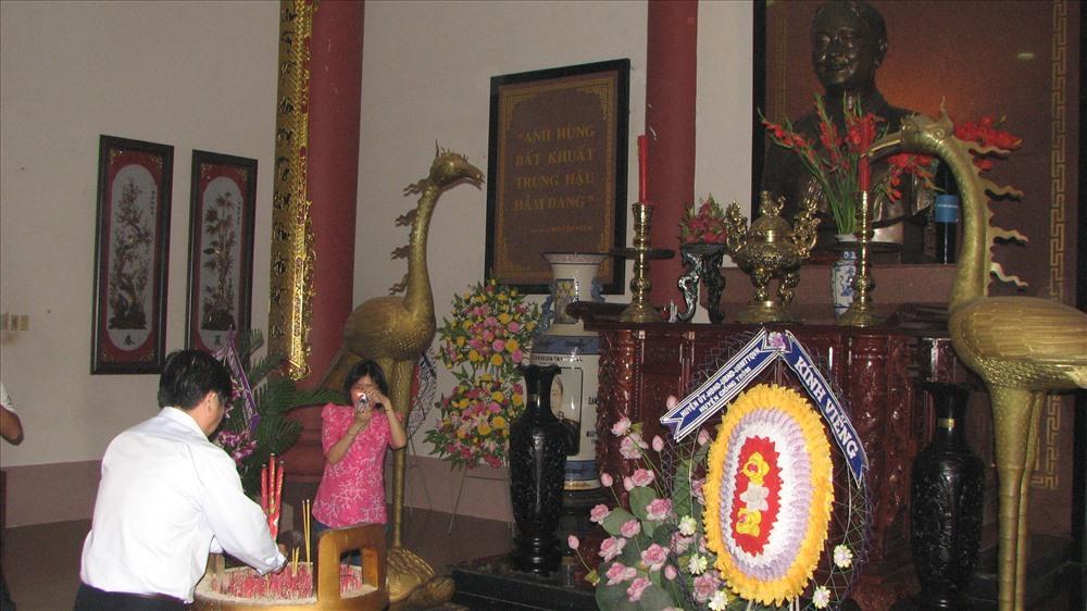 Nhiều người con Bến Tre có thói quen đến thắp hương Đền thờ Nữ tướng Nguyễn Thị Định trong những thời khắc đáng nhớ của cuộc đời.