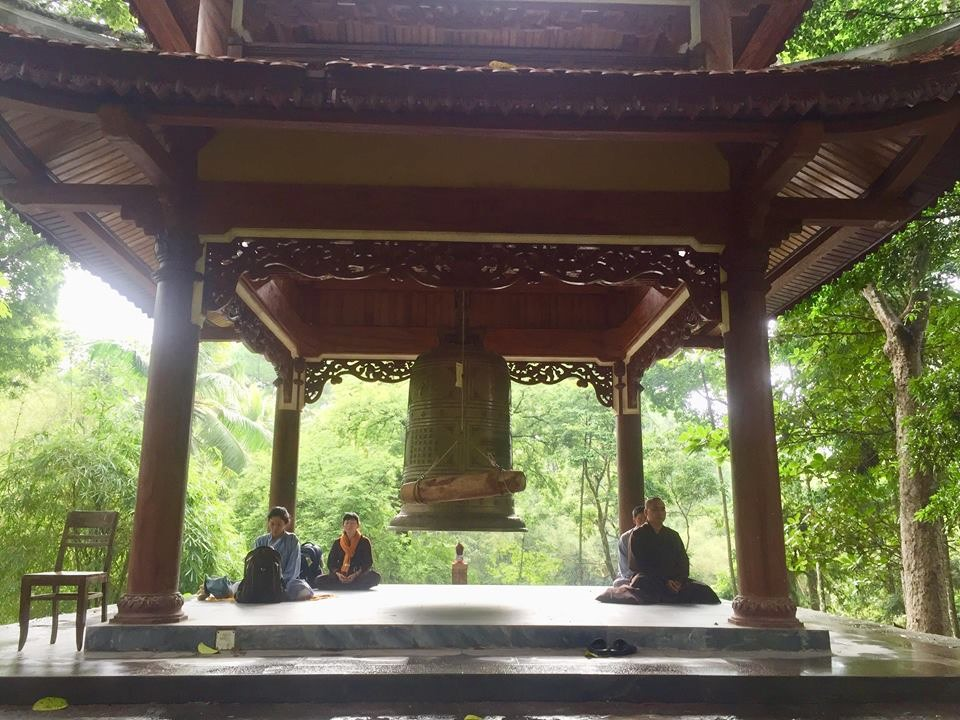 Nhiều người ngồi dưới tháp chuông của chùa để Thiền, tìm sự an yên trong cõi lòng. Ảnh: PĐ.