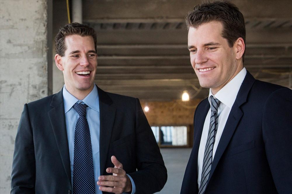 Trong khi bị nhiều tỉ phú tẩy chay, bitcoin vẫn được nhiều tỉ phú có cái nhìn tích cực. Trong đó phải kể đến cặp anh em song sinh Cameron và Tyler Winklevoss. Năm 2013, họ đầu tư 11 triệu USD mua khoảng 1% tổng lượng Bitcoin đang giao dịch lúc đó. Với giá trị Bitcoin hiện tại, anh em nhà Winklevoss đã trở thành tỉ phú Bitcoin đầu tiên trên thế giới. Ảnh: CNBC
