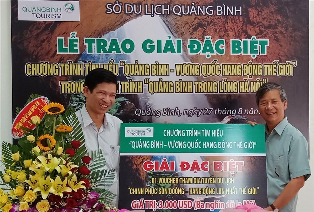 """Ông Hồ An Phong (bên trái) trao giải đặc biệt cuộc thi """"Chinh phục Sơn Đoòng - hang động lớn nhất thế giới"""". Ảnh: Lê Phi Long"""