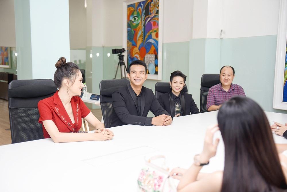 Cô và ca sĩ Gil Lê chăm chú trao đổi cùng các thí sinh.
