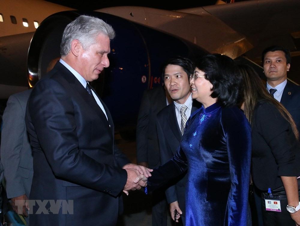 Phó Chủ tịch Nước Đặng Thị Ngọc Thịnh đón Chủ tịch Cuba tại sân bay quốc tế Nội Bài đêm 8.11. Ảnh: TTXVN