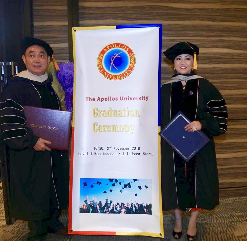 Vợ chồng ông bà Huỳnh Uy Dũng - Nguyễn Phương Hằng , trong dịp được Trường ĐH Apollos (Mỹ) trao tặng bằng Tiến sĩ danh dự và  vinh danh Giáo sư danh dự vào ngày 3.11 vừa qua. Ảnh: N.X.T