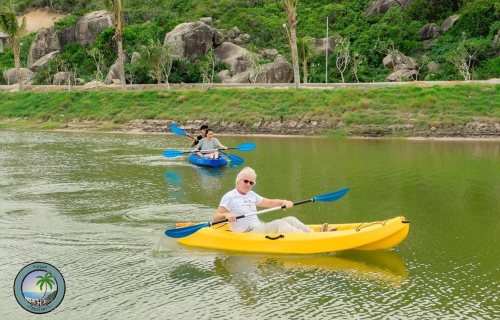 Dịch vụ chèo thuyền kayak trong khuôn viên khu nghỉ dưỡng. Ảnh: Vuman Rerost