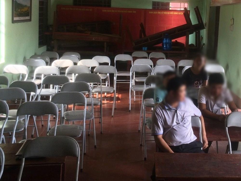 Một lớp học của Khoa Công nghệ thông tin có sĩ số 64 sinh viên nhưng chỉ có 4 người đi học.