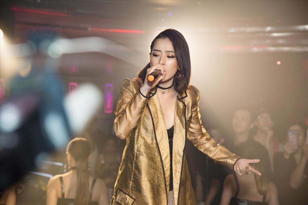 """Dường như đã chán với con đường mờ nhạt và danh xưng """"hot girl đã trưởng thành"""", Chi Pu bất ngờ tuyên bố chuyển hướng làm ca sĩ với phát ngôn gây sốc: """"Từ nay hãy gọi tôi là ca sĩ""""."""