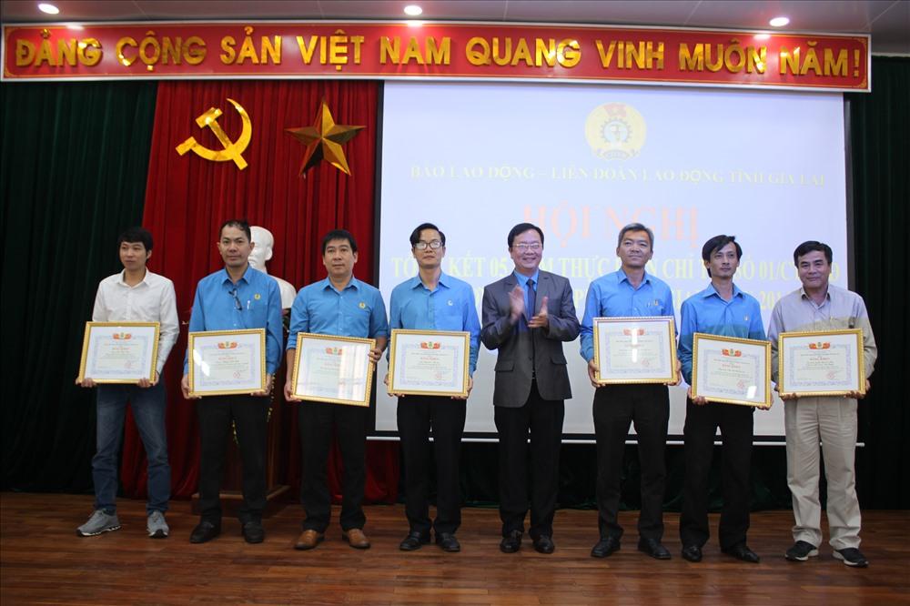 LĐLĐ Gia Lai trao tặng giấy khen cho tập thể và cán bộ, phóng viên Báo Lao Động. Ảnh Đình Văn