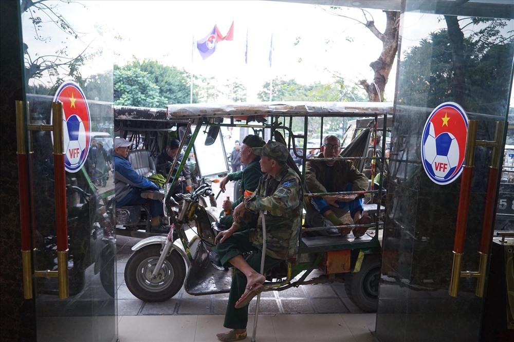 Thời điểm hiện tại, nhiều người vẫn chưa ra về và chờ đợi ngay tại cửa VFF.