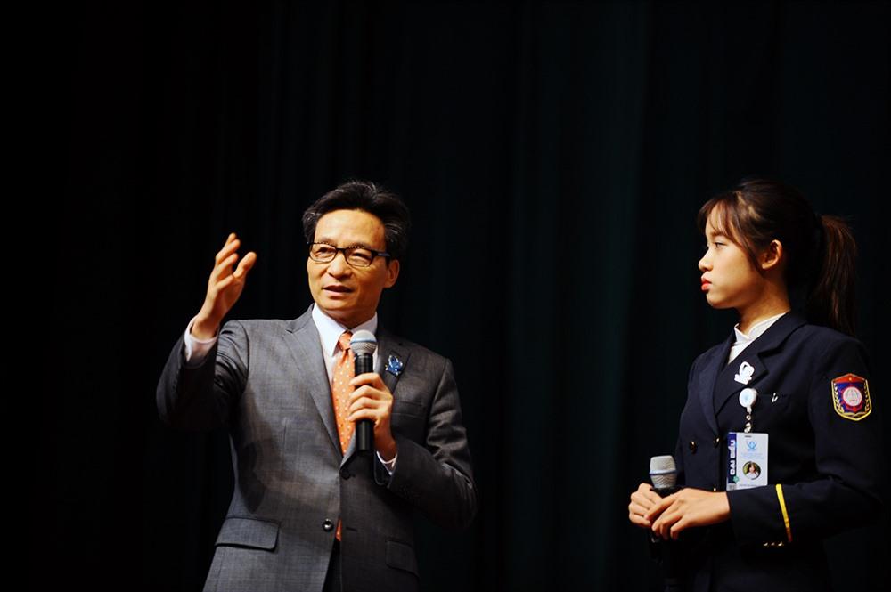 Phó Thủ tướng Vũ Đức Đam đối thoại cùng sinh viên ngày 11.12. Ảnh: Dương Triều