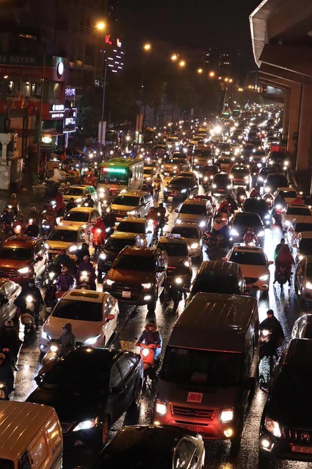 Đội mưa rét, nhích từng mét trên phố Phạm Ngọc Thạch. Ảnh: Trần Thường