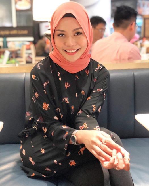 Anim Ezati Rizki thường xuyên đăng tải hình ảnh mặc trang phục truyền thống Baju Kurung của người Malaysia.