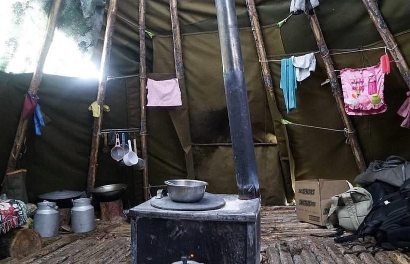 Lều vải tí hon (Mông Cổ): Nhà lều bằng vải là nét độc đáo của bộ tộc Dukha, miền bắc Mông Cổ. Du khách có thể đặt chỗ lưu trú ở đây từ 2-3 ngày. Tiện nghi trong ngôi nhà hệt với không gian của các gia đình địa phương, bao gồm hai giường gỗ, túi ngủ, bếp lửa, không có phòng tắm hay nhà vệ sinh. Ngoài ra, bạn sẽ được trải nghiệm bữa ăn với nguyên liệu chính là thịt và mì.