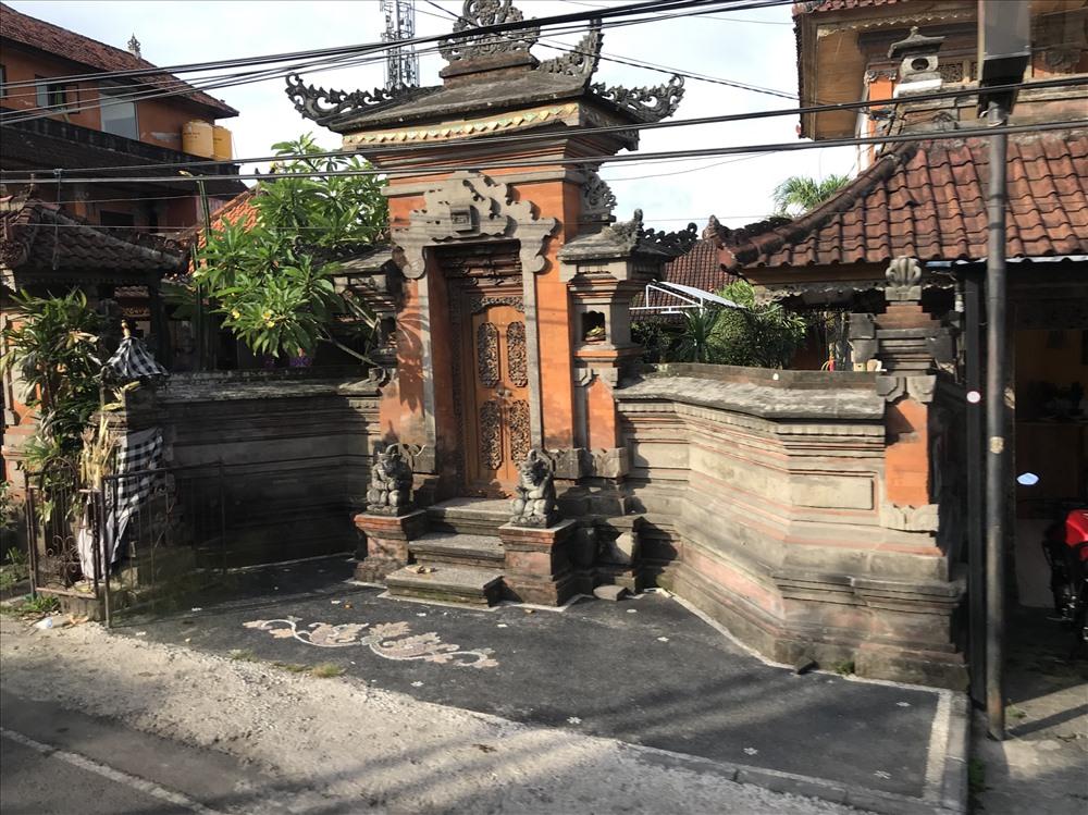 Một ngôi nhà nhìn cổ kính và kiến trúc như một ngôi đền ở trung tâm thành phố. Ảnh: H.V.M