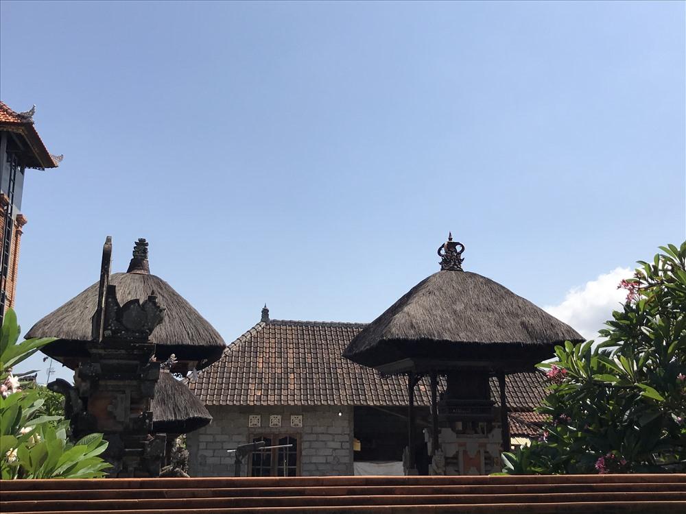 Mái đền (ở trước) lẫn với mái nhà. Ảnh: H.V.M