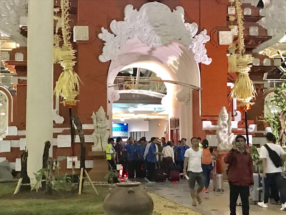"""Khác với nhiều sân bay nội địa và quốc tế của nhiều nước trên thế giới, bước xuống sân bay quốc tế Bali, du khách luôn có cảm giác """"à, mình đã đến Bali"""" bởi những bộ nhận diện mang đậm dấu ấn văn hóa truyền thống. Ảnh: H.V.M"""