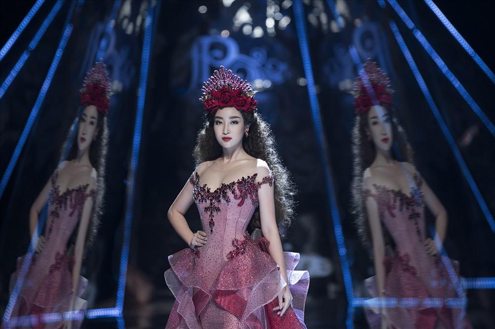 Theo ý tưởng của Tổng đạo diễn Hoàng Nhật Nam, Đỗ Mỹ Linh và Trần Tiểu Vy là hình ảnh của một vị nữ thần được phản chiếu qua chiếc gương, hai cá tính khác nhau được nhìn dưới hai góc độ khác nhau nhưng cùng là một chủ thể, tuy 2 mà 1.