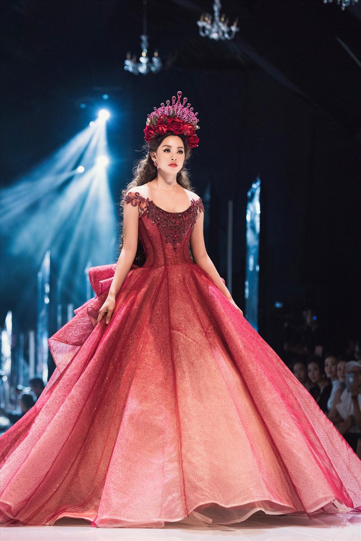Cả hai nổi bật với những chiếc váy dạ hội đỏ và lối make up ấn tượng gợi hình ảnh của những nữ thần đầy quyền lực.