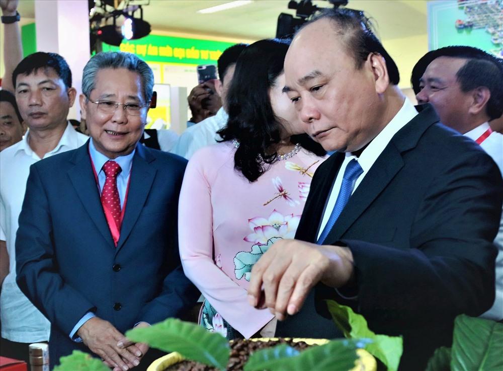 Thủ tướng Chính phủ Nguyễn Xuân Phúc tham quan gian hàng trưng bày tại Hội nghị. Ảnh: Bảo Trung