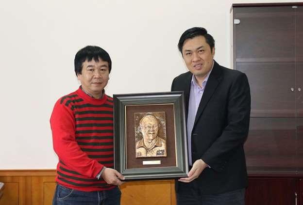 Phó Chủ tịch VFF Cao Văn Chóng nhận món quà chuyển cho HLV Park Hang-seo từ người đại diện của tác giả Nguyễn Văn Hoà. Ảnh: VFF