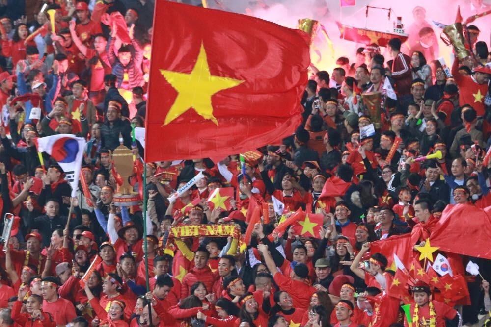 Người dân Việt Nam hy vọng sẽ được thấy đội tuyển nâng cao cúp vàng AFF Cup lần thứ 2 trên sân Mỹ Đình. Ảnh: Hải Nguyễn