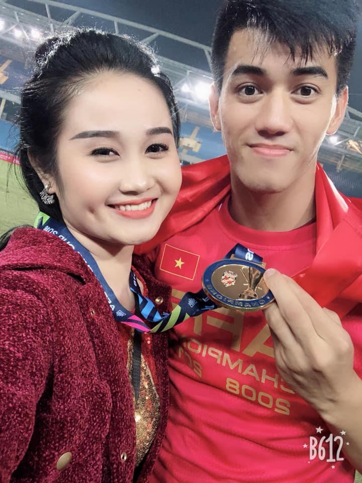 Cầu thủ Tiến Linh đã có những giây phút hạnh phúc bên bạn gái sau trận đấu.