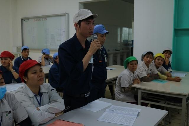 CNLĐ của Cty TNHH Midori Apparel Việt Nam nêu câu hỏi với TGĐ Cty. Ảnh: LĐLĐ tỉnh Vĩnh Phúc