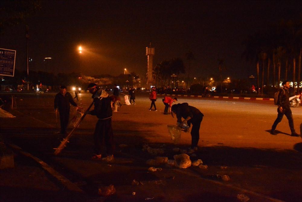Hơn 40.000 CĐV trong sân và hàng nghìn CĐV ngoài sân, rác thải ngập ngụa khắp nơi.