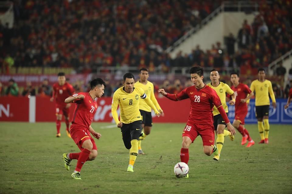 Đình Trọng (trái) nén đau thi đấu ở trận chung kết AFF Cup 2018. Ảnh Sơn Tùng